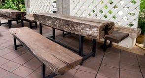 La table en bois avec des jambes faites d'acier, est grande Photographie stock libre de droits