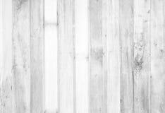 La table en bois blanche extérieure de vintage et le grain rustique donnent au backgr une consistance rugueuse photo libre de droits