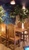 La table en bois dans le coin. Image stock