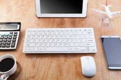 La table en bois de bureau du lieu de travail d'affaires et les affaires objectent Image stock