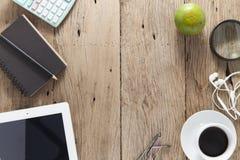 La table en bois de bureau du lieu de travail d'affaires et les affaires objectent Images stock