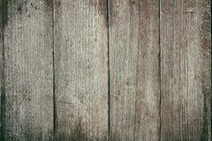 La table en bois extérieure de vintage et le grain rustique donnent au fond une consistance rugueuse photo libre de droits
