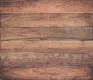 La table en bois extérieure de vintage et le grain rustique donnent au fond une consistance rugueuse image libre de droits