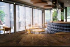 La table en bois foncée vide devant le résumé a brouillé le fond photos libres de droits