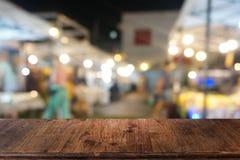 La table en bois fonc?e vide devant le r?sum? a brouill? le fond de bokeh du restaurant photos libres de droits