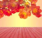 La table en bois rouge vide de plate-forme avec le freesia rouge fleurit le fond Préparez pour le montage d'affichage de produit Photographie stock