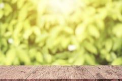 La table en bois supérieure vide a brouillé les feuilles vertes, tache floue d'abrégé sur vert Photo libre de droits