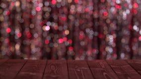 La table en bois sur l'écran de l'abrégé sur miroitement a brouillé les cercles rouges Fond Bokeh banque de vidéos