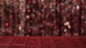 La table en bois sur le fond de l'abrégé sur miroitement a brouillé les lumières rouges Fond Bokeh banque de vidéos