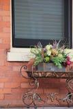 La table en métal avec la disposition d'automne a placé sur le vieux porche photographie stock