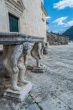 La table en pierre, qui se tient sur deux a découpé des titans Image libre de droits