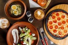 La table est mise pour un repas de quatre cours photographie stock libre de droits