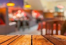 la table et le café en bois bruns vides brouillent le fond avec l'image de bokeh Photographie stock