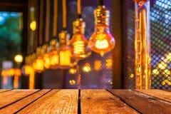 La table et le café en bois vides brouillent le fond avec l'imag de bokeh photographie stock libre de droits