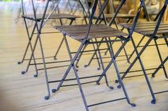 La table et les chaises de pliage en bois se ferment  photographie stock