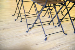 La table et les chaises de pliage en bois se ferment  image libre de droits