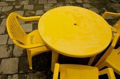 La table et les présidences en plastique jaunes pour extérieur détendent. Image libre de droits