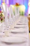 La table formelle a placé avec des glaces et des plaques Image stock