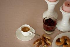 La table romantique de dimanche avec du café, s'est levée, des biscuits et des bougies Image stock