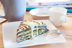 La table supérieure a tiré du gâteau au fromage mable avec de la crème de vanille complétant r Image stock