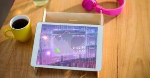 La tableta de Digitaces con el mercado de acción comparte el gráfico en la pantalla Imagen de archivo