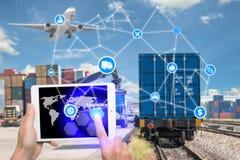 La tableta de la tenencia de la mano está presionando tecnología de la conexión de la logística del botón Imagenes de archivo
