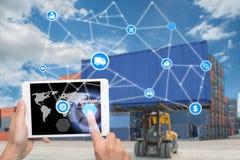 La tableta de la tenencia de la mano está presionando tecnología de la conexión de la logística del botón Fotos de archivo libres de regalías