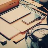 La tableta del teléfono de los dispositivos de los accesorios de la oficina dibujó a lápiz cosas Imagen de archivo