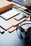 La tableta del teléfono de los dispositivos de los accesorios de la oficina dibujó a lápiz cosas Imágenes de archivo libres de regalías