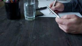 La tableta del uso de la chica joven habla por el teléfono almacen de video