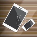 La tableta y Smart llaman por teléfono con el auricular en la mesa de madera Imágenes de archivo libres de regalías