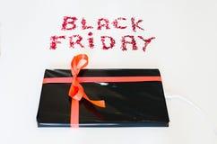 La Tablette électronique a enveloppé le boîte-cadeau avec une corde rouge et un texte de Black Friday Photos libres de droits