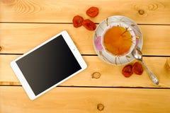 La Tablette avec la tasse de thé de vintage et les fruits secs woden dessus la table image libre de droits