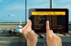 La Tablette avec relient le wifi sur l'aéroport Images stock