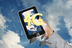 La Tablette de prise de main d'homme d'affaires obtiennent le 4g Images libres de droits