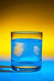 La tablilla disuelve en agua sobre el vidrio Fotografía de archivo libre de regalías