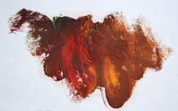 La tache brun-rougeâtre sur un fond blanc d'isolement a enduit la peinture à l'huile image libre de droits