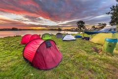 La tache de camping avec des tentes de dôme s'approchent du lac Image stock