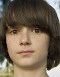 La tache de rousseur a fait face au garçon. Photo libre de droits