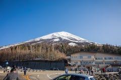 La tache de touristes de 5ème étage à la base de la montagne au mont Fuji Photo libre de droits