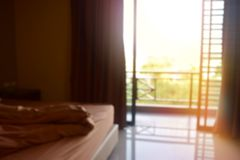 La tache floue de fond, hommes sur le lit pendant le matin regardent une porte Image stock