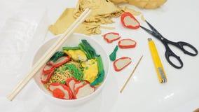 La tagliatella dell'uovo con lo gnocco e la carne di maiale che la salsa rossa sta modellando l'argilla ha immagini stock libere da diritti