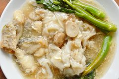 La tagliatella di riso fritto di scalpore con il pesce basso ed il cavolo di cinese in sugo sauce sul piatto fotografie stock
