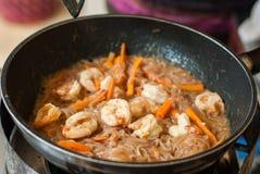 La tagliatella di riso in padella con gamberetto, riempie la zolla tailandese di Goong Fotografie Stock