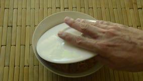 La tagliatella istantanea che completa la carne di maiale tritata con minestra sulla ciotola ha aperto il galleggiamento del cope video d archivio