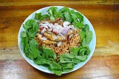 La tagliatella istantanea piccante con il pesce ha inscatolato l'insalata sul piatto Fotografia Stock Libera da Diritti