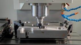 La tagliatrice automatica sta scolpendo i fori in dettaglio del metallo in una pianta, l'apparecchiatura funzionante di CNC, prim archivi video