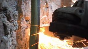 La tagliatrice circolare usata uomo è tagliata il tubo con il lotto delle scintille archivi video