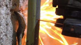La tagliatrice circolare usata uomo è tagliata il tubo con il lotto delle scintille video d archivio