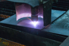 La tagliatrice del laser taglia la lamina di metallo d'acciaio Immagine Stock